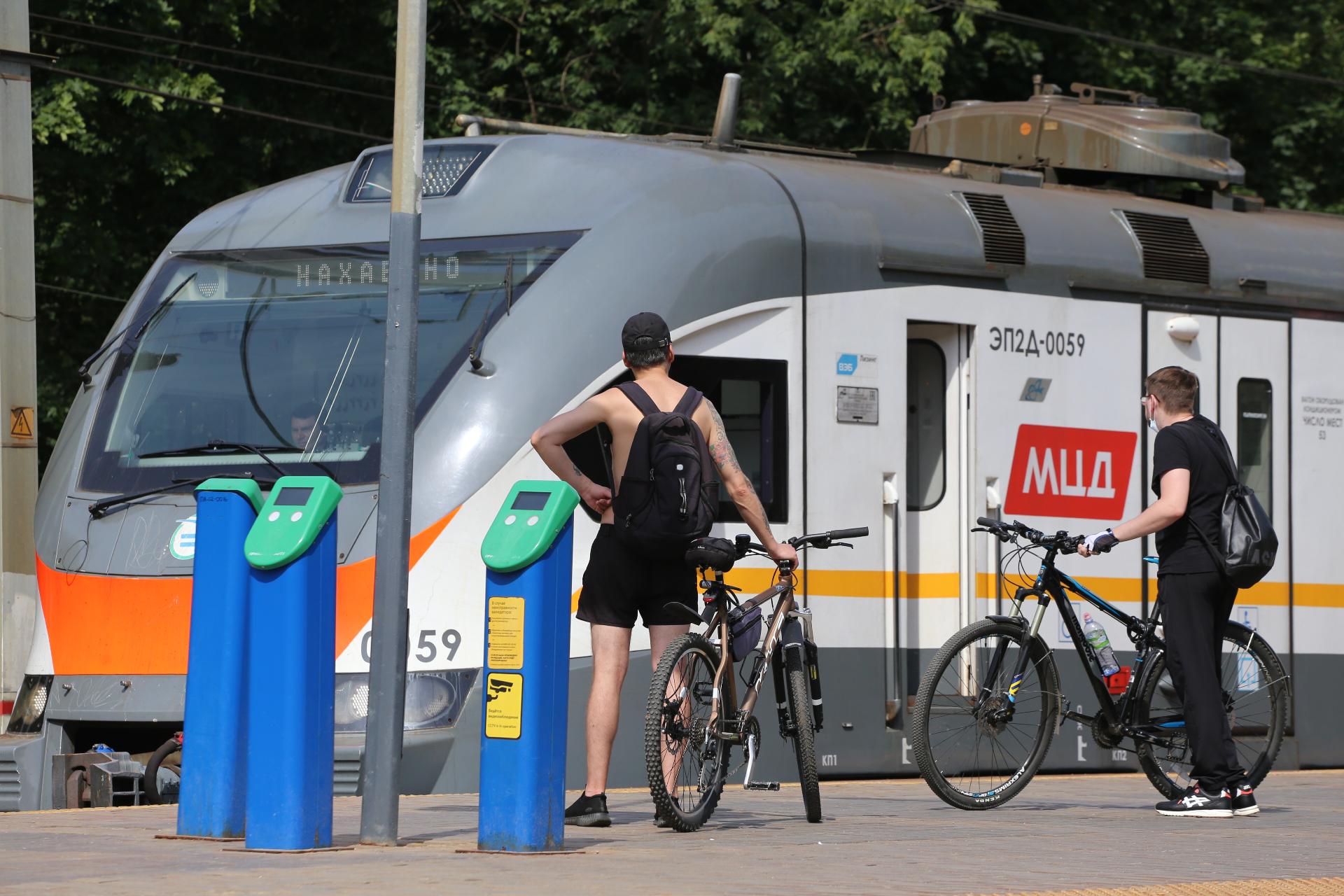 Пассажиры с велосипедами у поезда МЦД