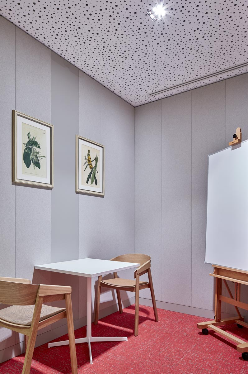 На стенах— картинки из IKEA...