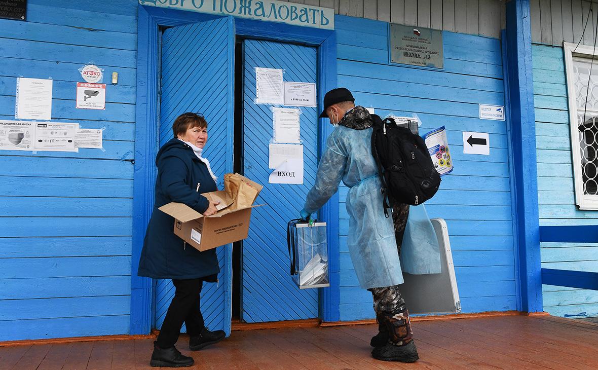 Члены участковой избирательной комиссии возвращаются на участок в селе Большой Луг после проведения выездного голосования в посёлке Рассоха на выборах губернатора Иркутской области