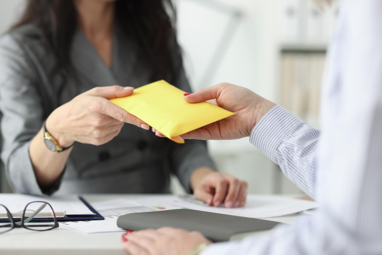 Люди, которые заняты в теневом секторе экономики или получают часть зарплаты в конверте, имеют невысокие шансы получить ипотеку