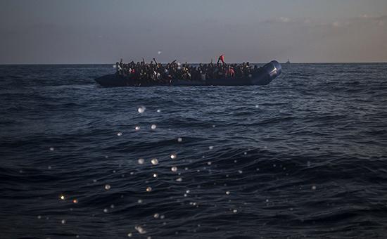 Мигранты переплывают море на резиновой лодке