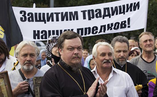 Глава Синодального отдела по взаимодействию Церкви и общества Московского патриархата протоиерей Всеволод Чаплин (в центре)