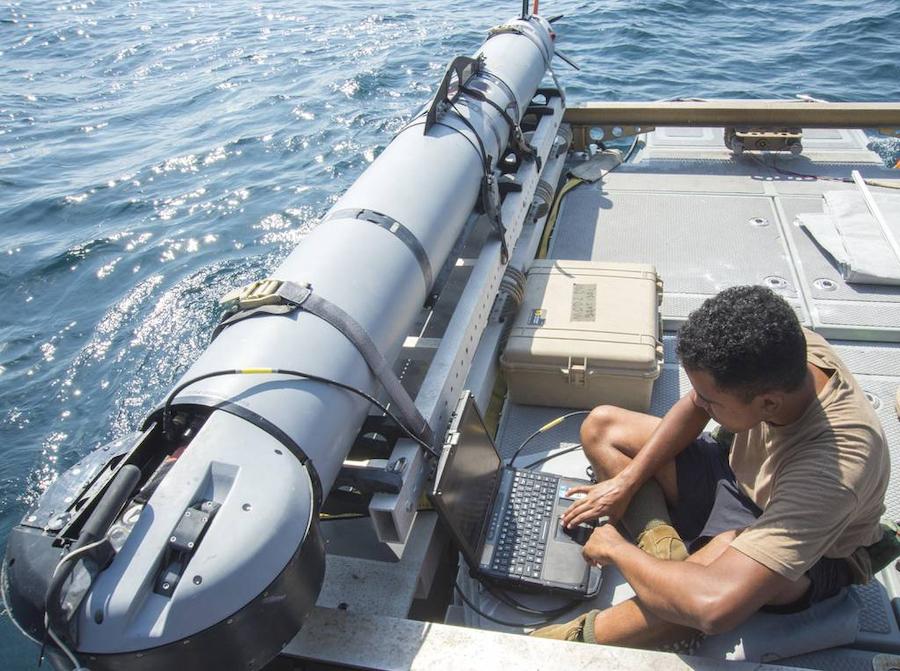 Кроме ведения боевых действий подводные дроны ищут на дне мины, разведывают, охраняют. На фото офицер ВМС США наблюдает данные с беспилотного подводного аппарата во время учений