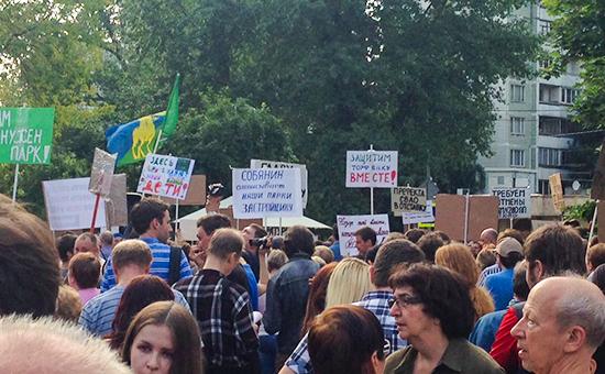 Участники митинга против строительства храма впарке «Торфянка»