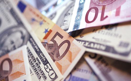 Евро опустился к доллару до девятилетнего минимума