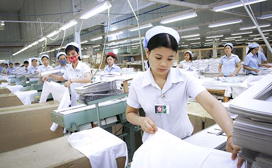 Швеи — одна из самых востребованных в России профессий для иностранцев, а Вьетнам — основной поставщик этой специальности. Больше всего таких работниц в Московской области: подмосковные компании получили треть всех квот на приезжающих в Россию из-за границы швей (2,4 тыс.)