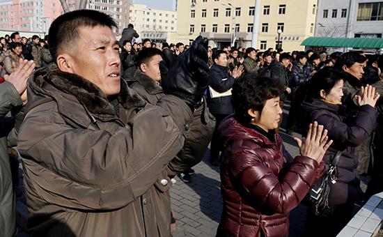 Северокорейцысмотрят новостной сюжет об успешном испытании водородной бомбы. Площадь ужелезнодорожноговокзала в Пхеньяне