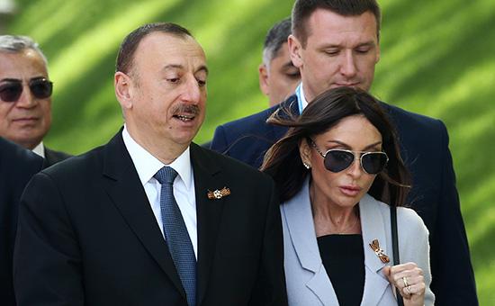 Президент Азербайджана Ильхам Алиев с супругой Мехрибан (на первом плане)