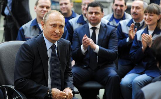 Президент России Владимир Путин вовремя беседы срабочими завода «Автодизель» вЯрославле