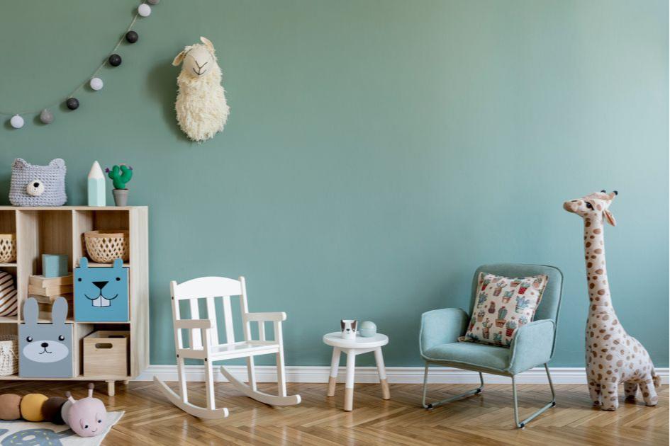 Избегайте острых углов и открытых розеток в комнате ребенка