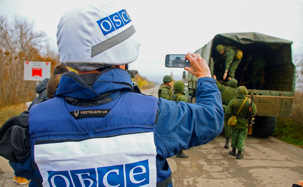 Наблюдатель ОБСЕ следит за отводом сил бойцов подразделений ЛНР