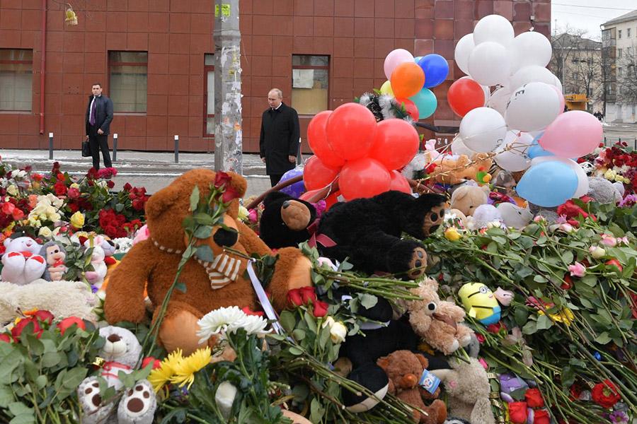 Путин возложил цветы к стихийному мемориалу околосгоревшеготоргового центра и выразил соболезнование родственникампогибших