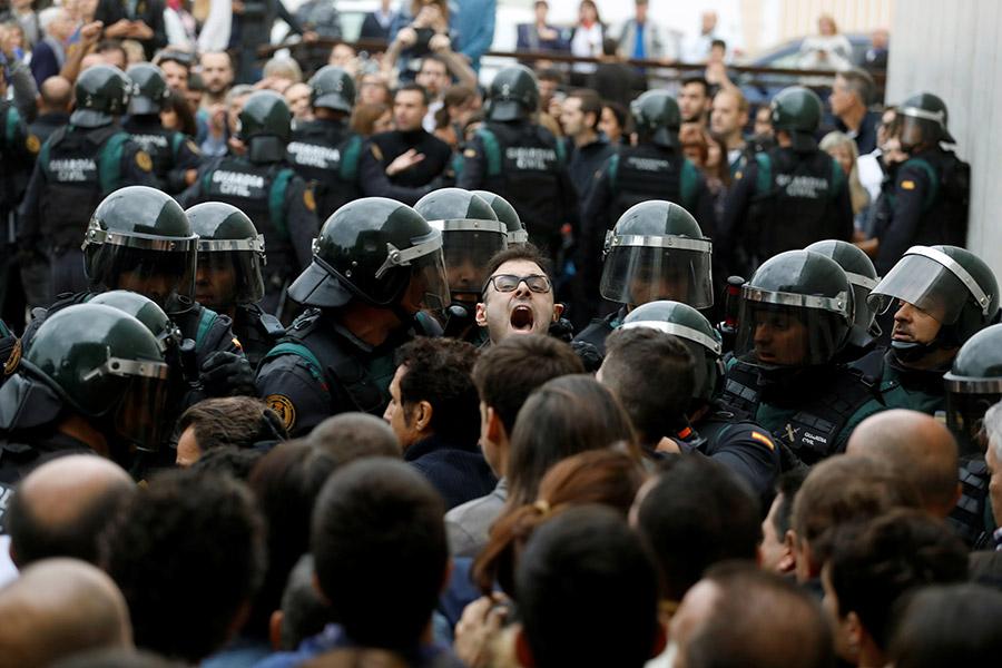 Столкновения с полицией возле избирательного участка в муниципалитете Сан-Хулия-де-Рамис, где должен был проголосовать глава Каталонии Карлес Пучдемон. Чтобы опустить избирательный бюллетень в урну, ему пришлось уехать в другой муниципалитет, Корнелья-де-Терри.