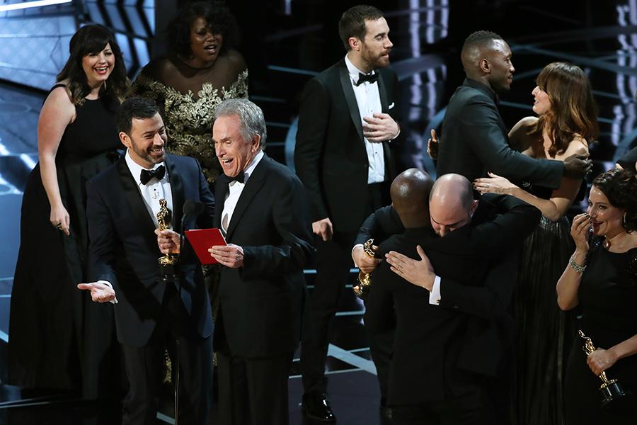 Во время объявления лучшей картины 2017 года организаторы перепутали конверты, врезультатечегоактер Уоррен Битти, которыйназывал победителя, назвал «Ла-Ла Ленд» картиной-победителем. Через несколько минут, когдасъемочная группа фильма уже была насцене идержала вруках статуэтки, выяснилось, чтобыла допущена ошибка, алучшей картиной академики признали «Лунный свет» Барри Дженкинса.