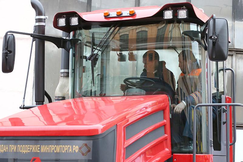 Премьер-министр Дмитрий Медведев (слева) зарулем трактора К708.4-200 «Кирюша»