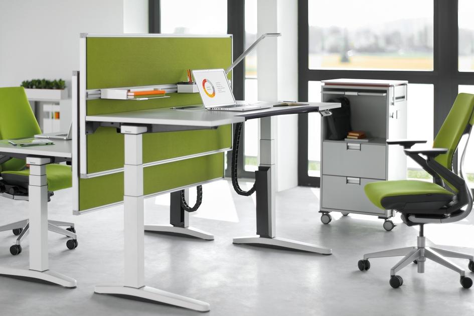 Адаптировать мебель кросту икомплекции человека помогают столешницы нарельсах. Такую конструкцию можно поднять, опустить илинаклонить—вотличиеотстандартной мебели безрегулировок. В результате здесь может работать неограниченное число сотрудников