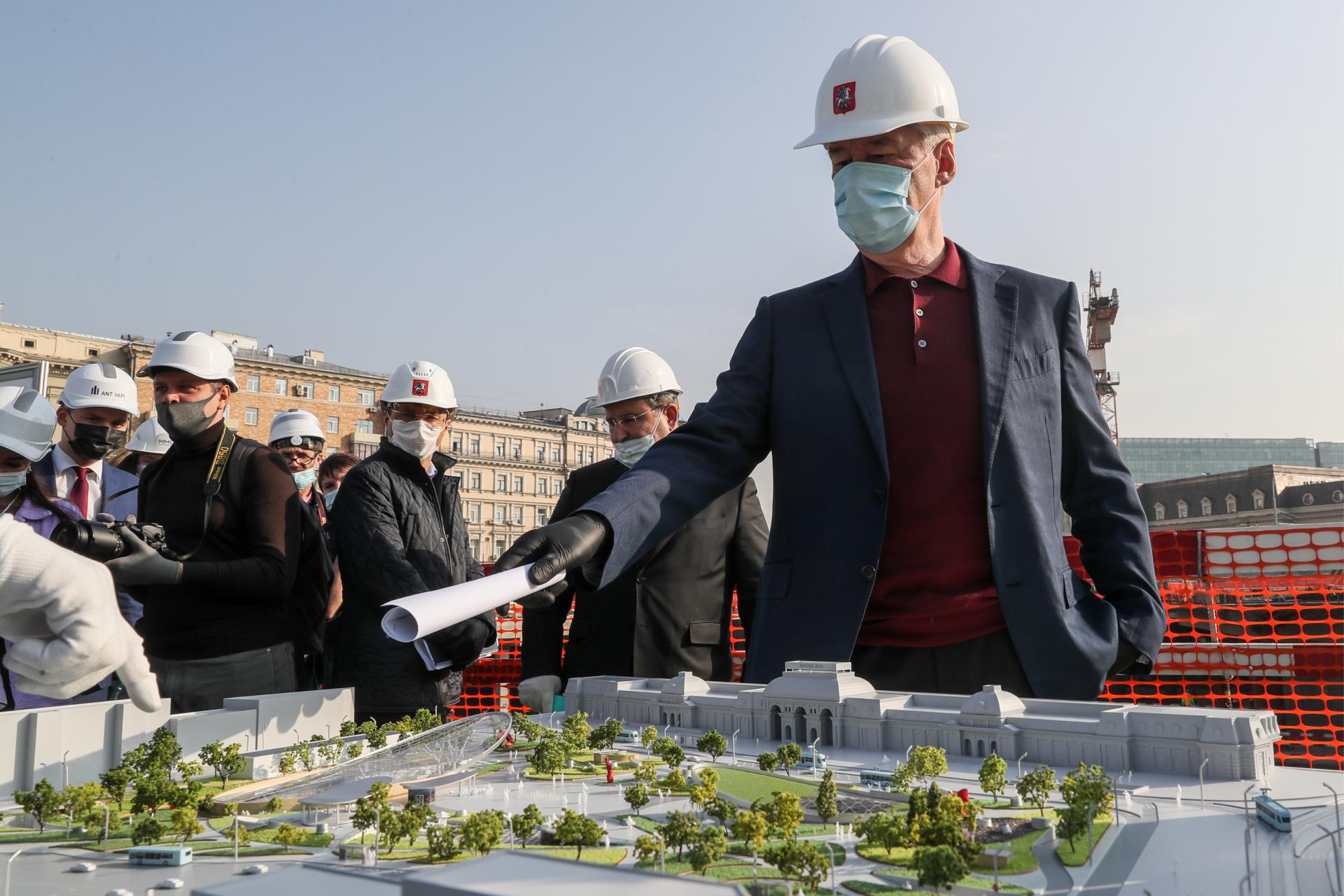 Мэр Москвы Сергей Собянин у макета площади Павелецкого вокзала во время осмотра хода реконструкции. Проект реконструкции площади планируется реализовать до конца 2021 года. На площади будут подземный торговый центр и транспортно-пересадочный узел