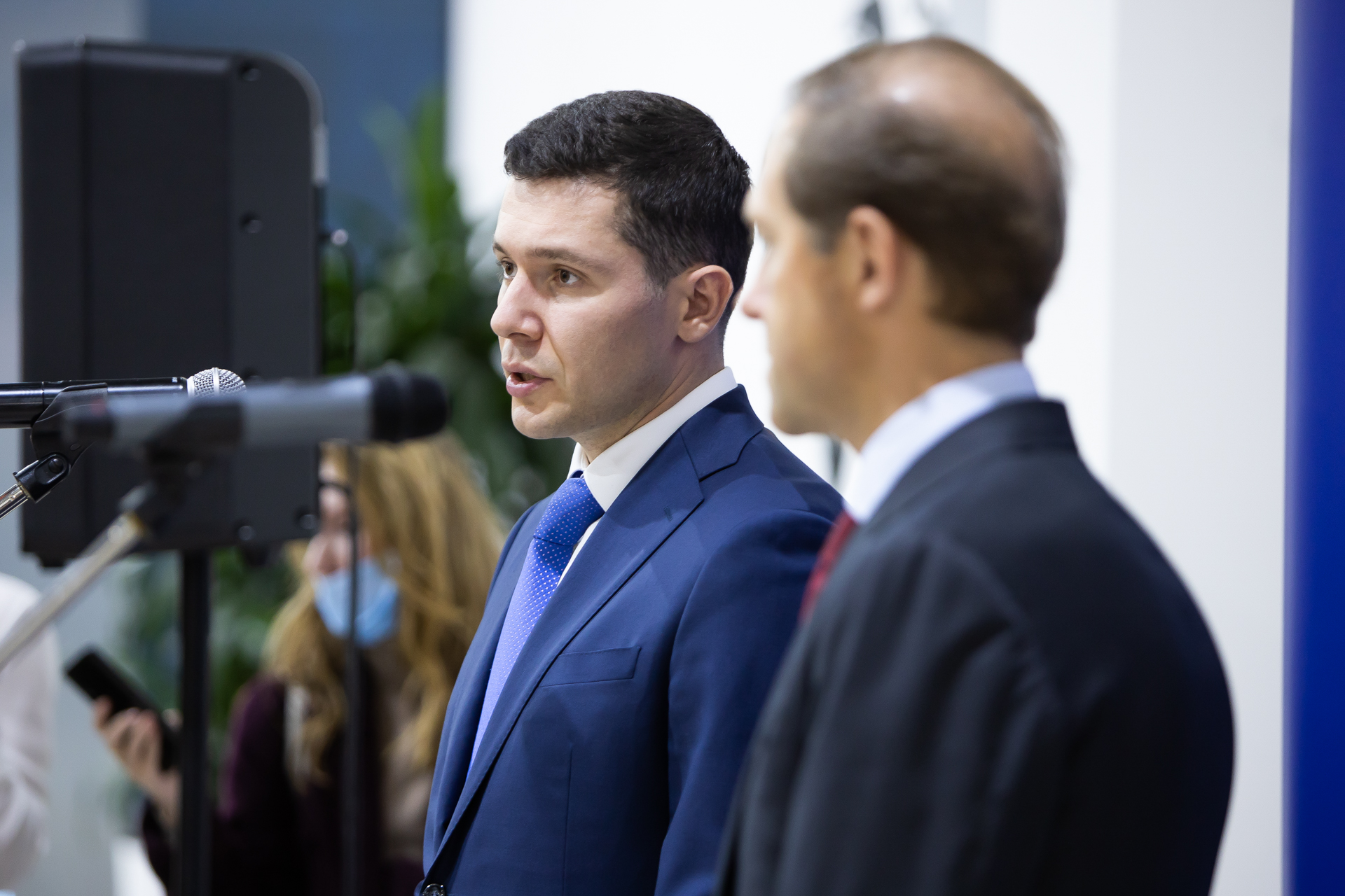 Слева — Антон Алиханов, справа — Денис Мантуров