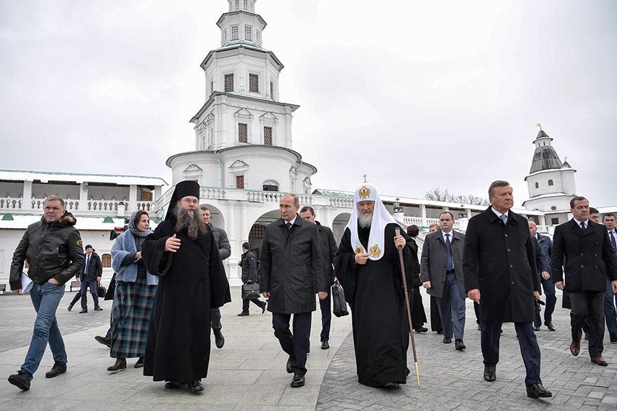 15 ноября президент Владимир Путин, премьер-министр Дмитрий Медведев и другие чиновники, а также патриарх Кирилл посетили Ново-Иерусалимский ставропигиальный мужской монастырь впервые после масштабной реставрации.