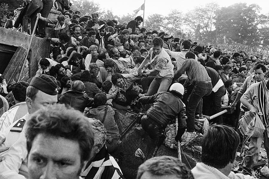 29 мая 1985 года вБрюсселевовремя финала Кубка европейских чемпионов междуанглийским «Ливерпулем» иитальянским «Ювентусом» произошла одна изнаиболее известных трагедий вистории футбола. Примерно зачас доначала игры группа болельщиков «Ливерпуля» перелезла черезразделительные ограждения иатаковала фанатов «Ювентуса», которые попытались убежать, перебравшись черезстену стадиона. В результате стена обрушилась, всего в трагедии погибли 39 человек, еще 600 получили ранения.  Причиной трагедии часто называют нетолькофанатские беспорядки, нои неудовлетворительное состояние стадиона, атакже недостаточные меры безопасности. После этой трагедии английским клубам было запрещено принимать участие вевропейских турнирах напротяжении пяти лет.