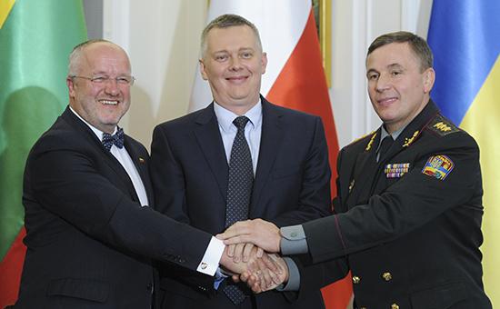 Министр обороны Литвы Юозас Олекас, министр обороны Польши Томаш Семоняк и тогдашний министр обороны Украины Валерий Гелетей (слева направо) на подписании соглашения 19 сентября 2014 года