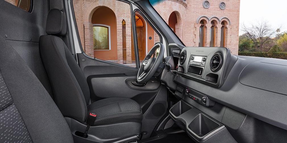 Исполнение среднего уровня. Кресло водителя удобно в любой комплектации, а рулевая колонка регулируется в больших диапазонах. АКП управляется правым подрулевым рычажком.