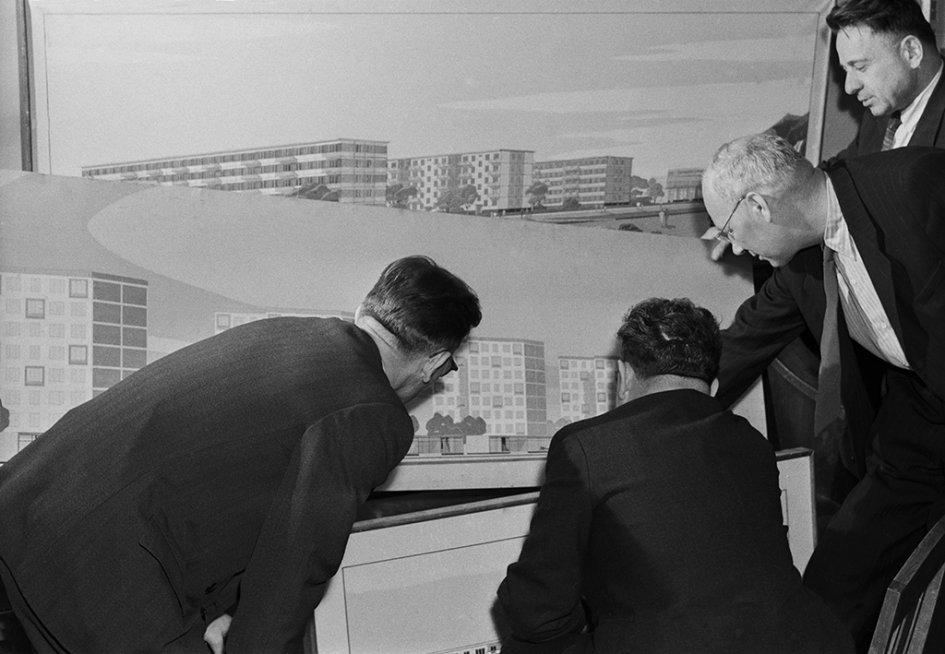 На фото: главный специалист Госстроя РСФСР Борис Плюснин (второй справа) обсуждает с коллегами план застройки нового района Москвы — Фили-Мазилово, 1960 год