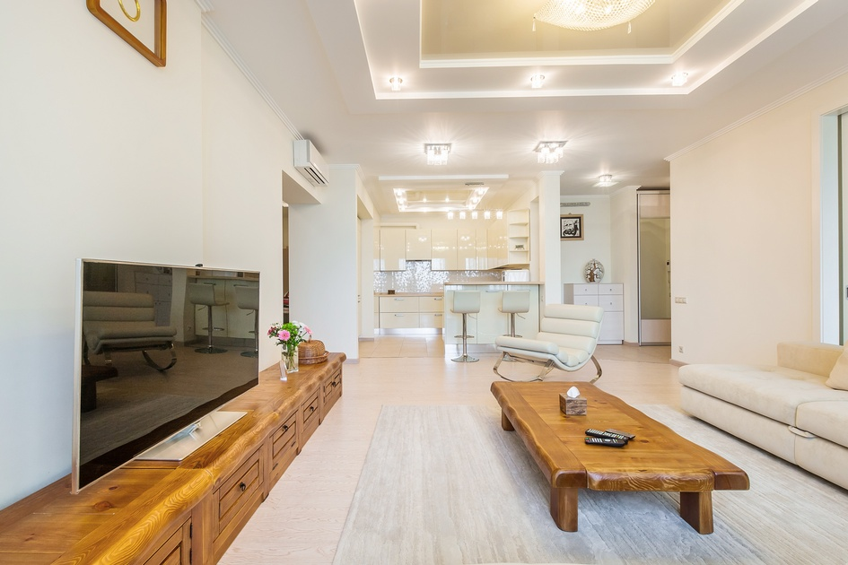 Смысловой центр гостиной — деревянная скамья, привезенная хозяевами непосредственно из Кореи. Вокруг этой скамьи семья собирается на традиционный обед, в ходе которого не используются стулья: вместо этого все участники трапезы сидят на пуфах или на полу