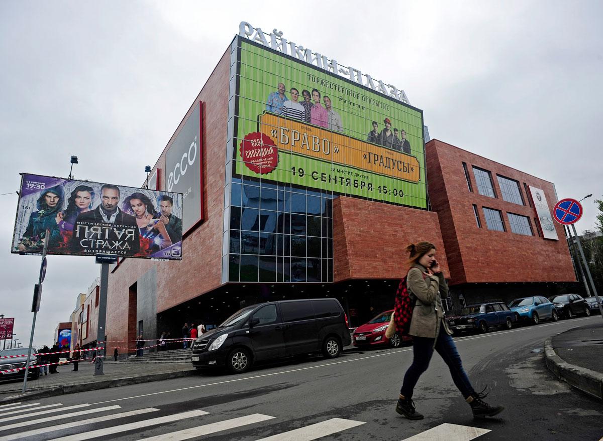 Вид на ТРЦ «Райкин Плаза», расположенный рядом с театром «Сатирикон» и Центром имени А. Райкина