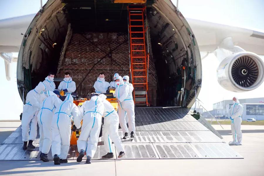 Разгрузка грузового самолета Антонов Ан-225 «Мрия» с защитными масками из Китая в аэропорту Лейпцига, Германия, 27 апреля 2020г.
