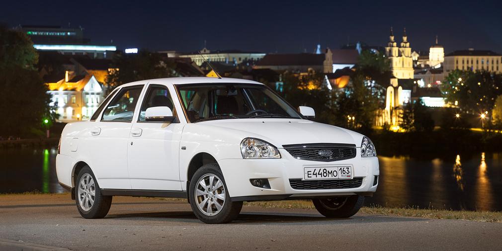 Lada Priora (17 553)  Отечественный седан, который до выхода Vesta считался флагманом АвтоВАЗа, продолжает терять покупателей. До кризиса Priora всегда входила в первую «десятку», а в 2016-м чуть ли не выпала из топ-25, заняв только 23-е место.