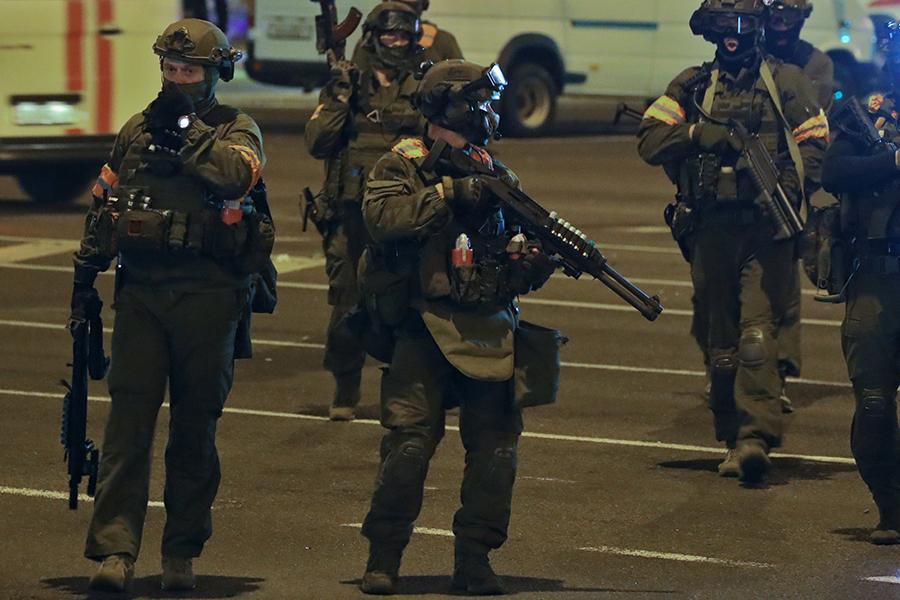 Полицейские в Белоруссии, экипированные светошумовыми гранатами и оружием, заряженным резиновыми пулями