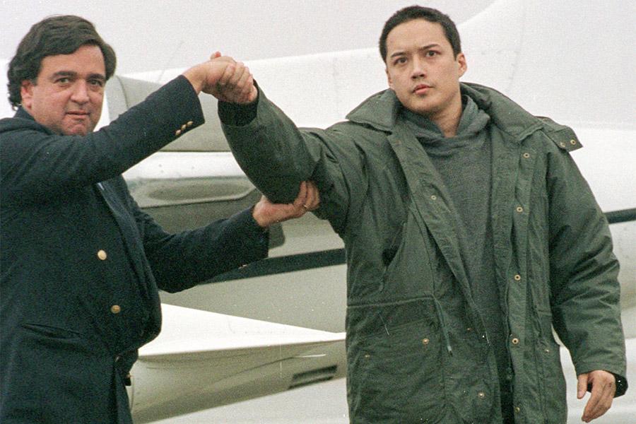 В августе 1996 года в КНДР арестовали американца Эвана Ханцикера, который, будучи пьяным и голым, на спор переплыл реку на границе Китая и Северной Кореи. Его арестовали и обвинили в шпионаже, так как его мать и бывшая жена были гражданами Южной Кореи. Ханцикера содержали в отеле под наблюдением, а после переговоров и возмещения затрат на содержание отпустили. Он вернулся в США, где через несколько месяцев покончил с собой. В качестве причины суицида назывались алкоголизм и проблемы с наркотиками, а также тот факт, что он не мог вернуться к бывшей жене, так как суд Аляски выдал запретительный арест на его встречи с ней.