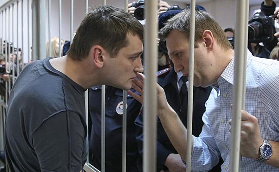 Олег и Алексей Навальные (слева направо) после оглашения приговора в Замоскворецком суде.