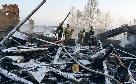 Последствия пожара вмногоквартирном деревянном доме поселка Песочное