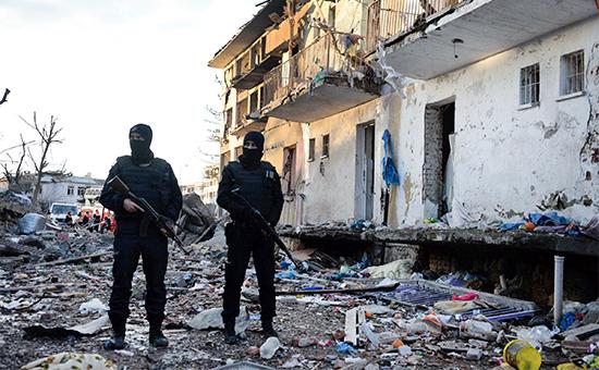 Турецкие полицейские возле разрушенного взрывомполицейского участка