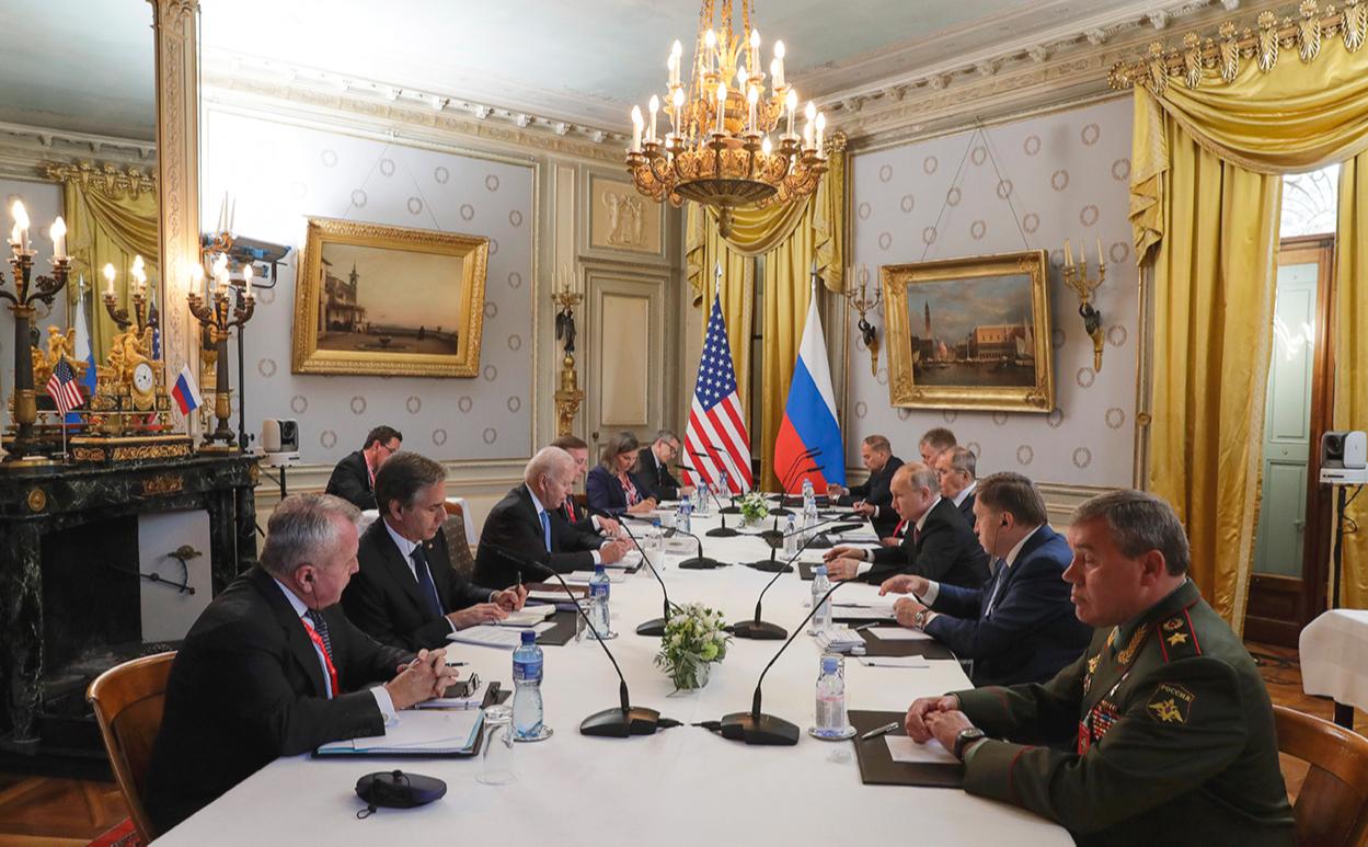 Владимир Путин (третий справа) и президент США Джо Байден (третий слева) во время российско-американских переговоров в расширенном составе