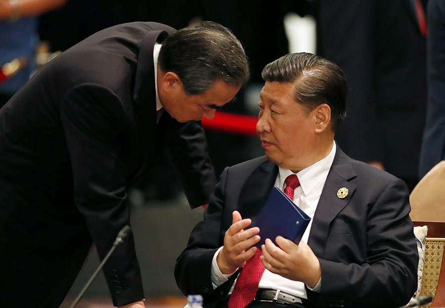 Председатель КНР Си Цзиньпин (справа) и министр иностранных дел Китая Ван И