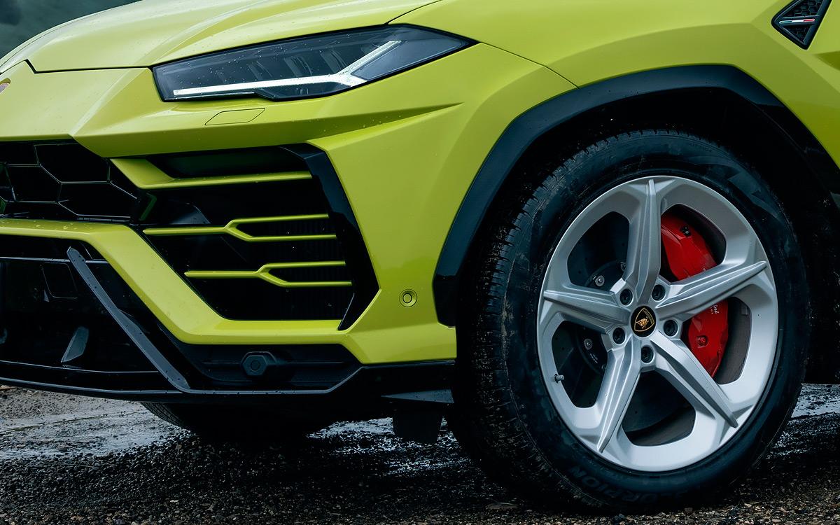 В базовой комплектации Lamborghini Urus – 21-дюймовые колеса. Меньше не дают поставить огромные тормоза. Но в заводском каталоге есть «обувка» и на 23 дюйма.