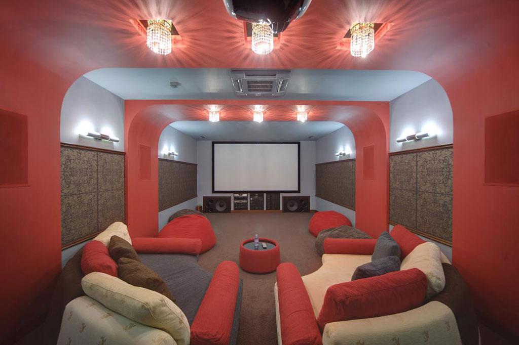 На четырех уровнях особняка размещены бассейн сджакузи, хаммам, русский бильярд,бар, кинотеатр, винный погреб, зимний сад сводопадом, три детские комнаты, шесть спален, кабинет