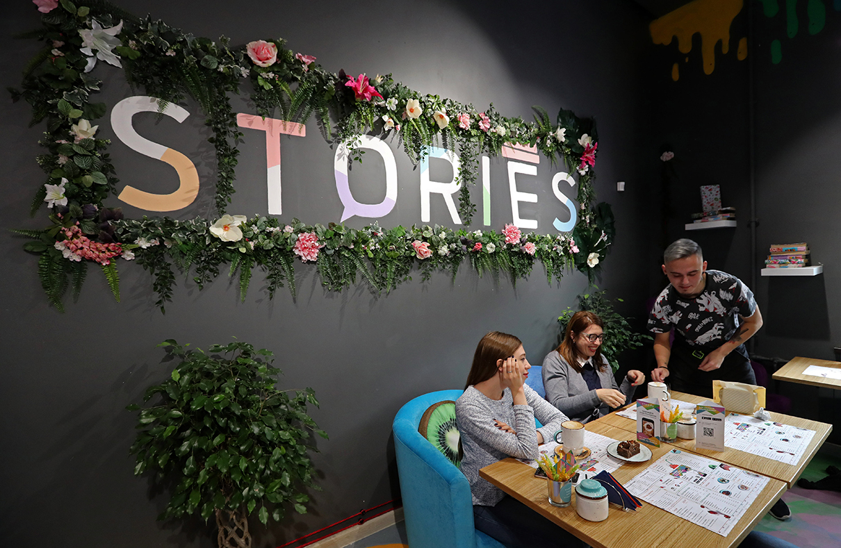 Посетители в одной из кофеен Stories в Санкт-Петербурге