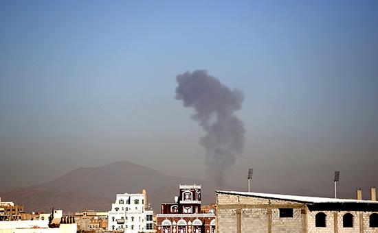 Дым в результате авиаудара ВВС Саудовской Аравии в Йемене