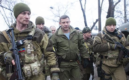 Глава Донецкой народной республики Александр Захарченко (в центре) и ополченцы