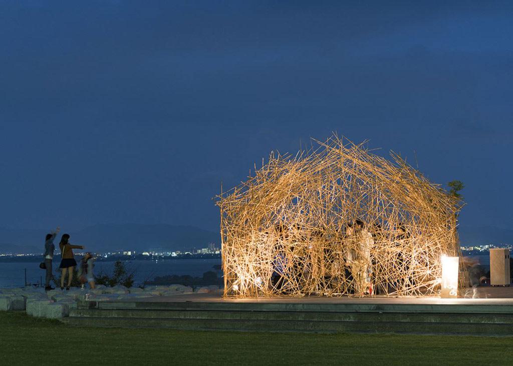 Одним из победителей номинации «Дизайн выставок и интерьеров» стал возведенный японским дизайнером Наоя Мацумото бар из тростника