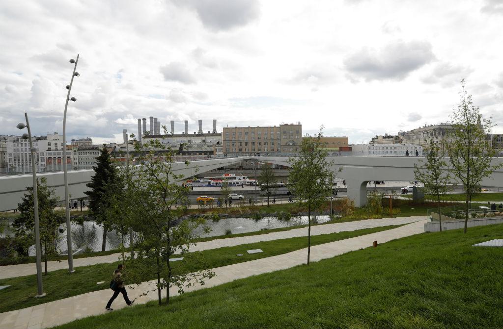 Над рекой уже завершено строительство пешеходного моста со смотровой площадкой  На фото: вид на «парящий мост» на территории парка «Зарядье» у стен Кремля