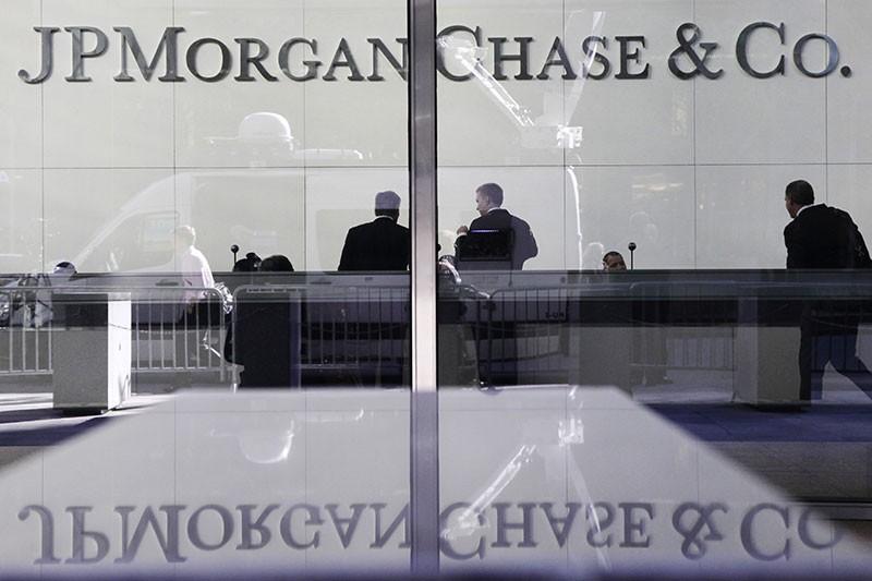 Взлом JP Morgan Chase  Федеральное бюро расследований США расследует кражу данных из американского банка JP Morgan Chase. Она произошла в середине августа, сообщило агентство Bloomberg со ссылкой на двух сотрудников, имеющих отношение к следствию.  По данным агентства, под подозрение попали российские хакеры. Они украли петабайты закрытой информации настолько умело, что эксперты подозревают — хакеры действуют при поддержке российских властей. ФБР расследует, является ли взлом JP Morgan местью российских властей за санкции США из-за конфликта вокруг Украины.  В апреле JP Morgan заблокировал перевод из российского посольства в Астане в адрес страховой компании «Согаз», попавшей под санкции США. МИД России в лице официального представителя ведомства Александра Лукашевича назвал действия американцев «грубейшим нарушением международного права», пригрозив ответными мерами.