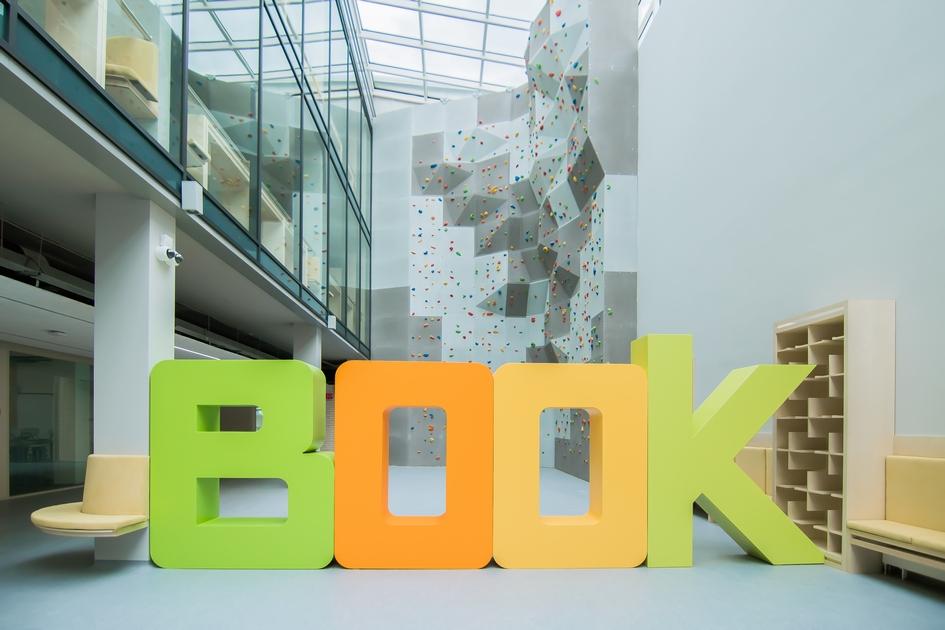 В школе обустроена просторная библиотека, но брать книги можно не только здесь: они разложены в классах, в местах отдыха и даже в зоне ожидания при входе. Книги можно брать домой, приносить из дома, обмениваться друг с другом
