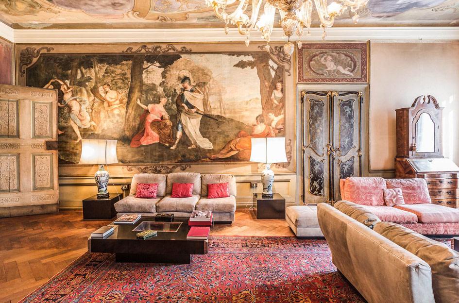 Этаж впалаццо XV века постройки наплощади Санто-Стефано врайоне Сан-Марко вцентре Венеции. Апартаменты декорированы фресками XVIII века икартинами художника Пьетро Перотти. Включает всебя шесть спален, пять ванных комнат, мансарду итеррасу, атакже кладовые нанижнем этаже исобственный выход кканалу