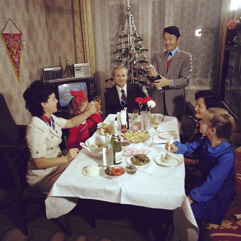 Космонавты международного экипажа космического корабля «Союз-39» со своими семьями во время встречи Нового года. 1981 год