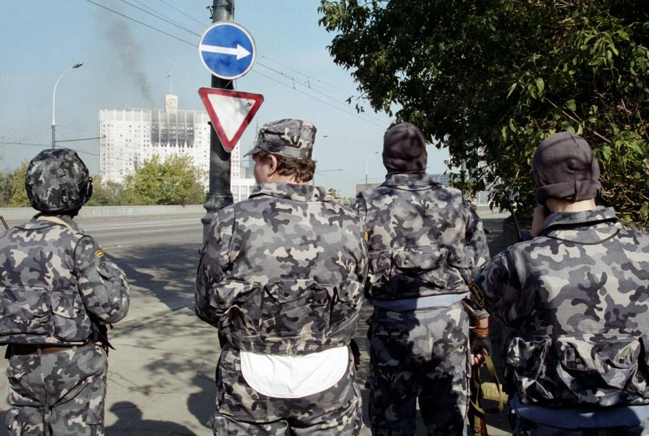 Военные перед Белым домом во время вооруженного конфликта